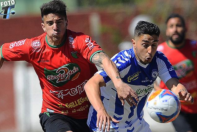 Marcelo Rodríguez intenta frenar el avance de Brian Lugo.