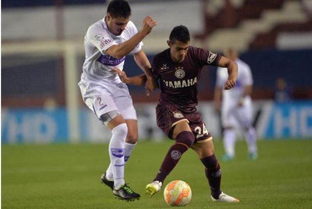 Sergio González de Lanús disputa la pelota con Guillermo de los Santos por los octavos de final de la Copa Sudamericana en el estadio de Lanús en Buenos Aires. EFE