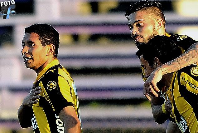 Cristian Palacios en la carrera del festejo del segundo y decisivo gol, es seguido por Nicolás Albarracín.