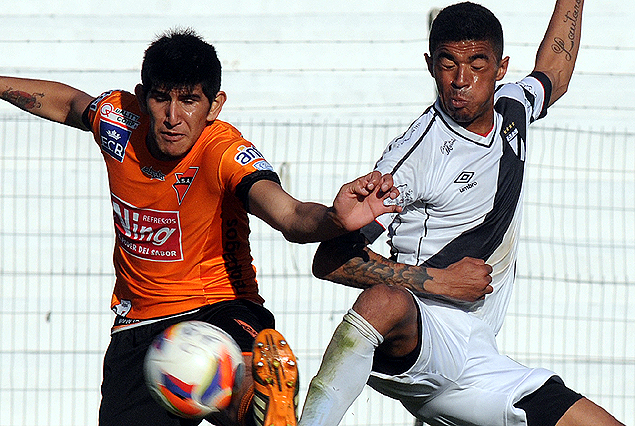 Diego Molina y Jorge Gravi pelean por la posesión de la pelota.