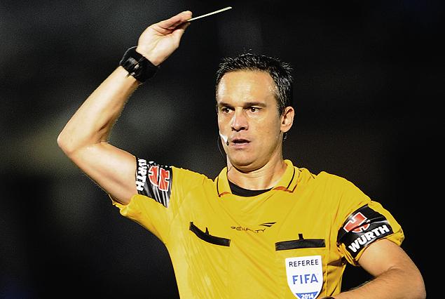 El árbitro argentino Patricio Loustau.