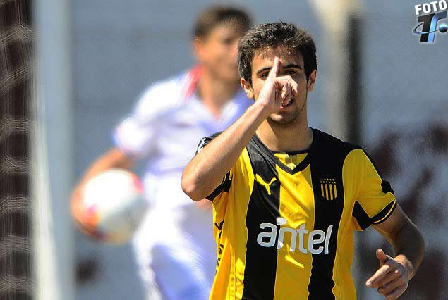 Diego Rossi festeja su gol de penal en el clásico de sub 17