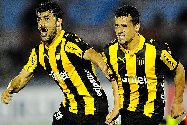 Luis Aguiar y Matías Aguirregaray en el grito de gol de Peñarol.