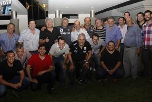 Gastón Fernández, al centro de la imagen, con Alberto Kesman a su derecha y Rafael Fernández a su izquierda, junto al grupo que compartió la velada nocturna en su casa. Gastón es cónsul de Nacional en Santa Cruz.