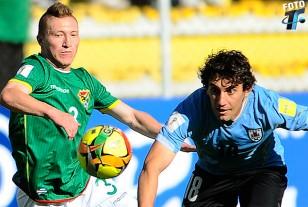 """""""En la selección, juego donde me ponga el entrenador"""", dijo Mathías Corujo que en la incidencia aparece detrás del boliviano Alejandro Chumacero."""