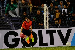 El línea Claudio Ríos, globo en mano delante de la publicidad de GOLTV.