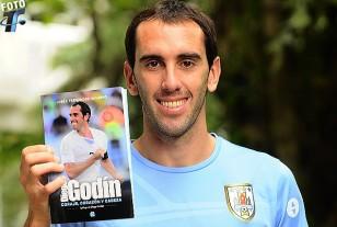 Diego Godín exhibe su libro con la biografía autorizada de su vida hasta el presente.