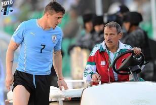 """""""Cebolla"""" junto al móvil de auxilio en el estadio Siles de La Paz. Sufre dolencia muscular en aductor derecho."""