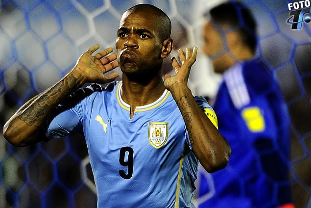 """Diego Rolan y el gesto del """"Topo giggio"""" en el festejo del segundo gol uruguayo."""