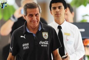 Tabárez rumbo a la conferencia de prensa.