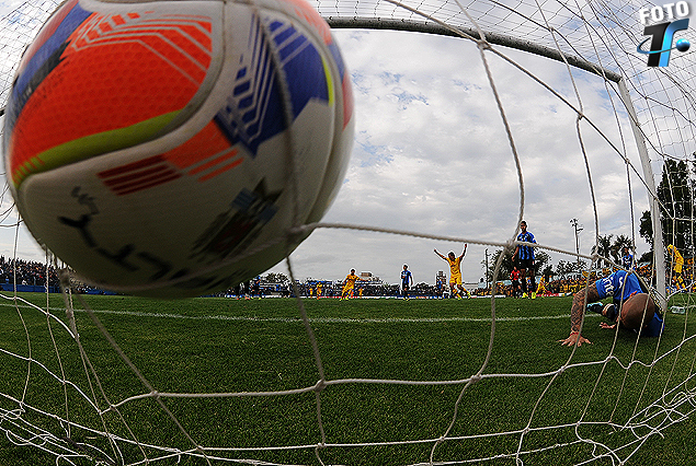 Primer gol de Peñarol. La pelota estalla en la red tras el remate de Zalayeta.