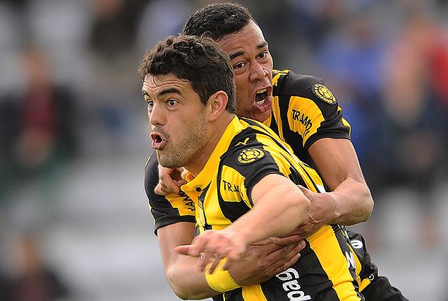 Luis Aguiar en la carrera del grito de gol abrazado por Sebastián Píriz, el aurinegro respira en Jardines.