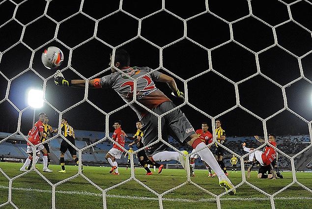 El gol de Matías Aguirregaray en el arco de la Amsterdam; el lateral saltó y conectó el centro de Forlán en la red.