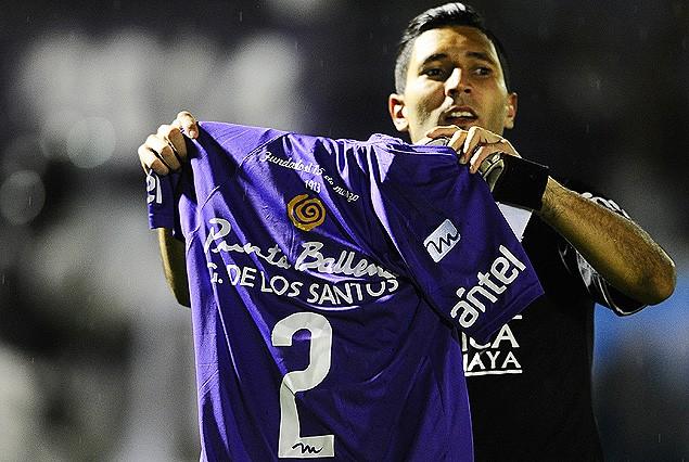 Martín Campaña festejando con la camiseta número 2 de Guillermo De Los Santos.