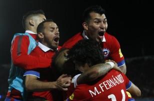 Los jugadores de Chile celebran el gol de Eduardo Vargas contra Brasil, durante su partido en el Estadio Nacional de Santiago de Chile, por la primera fecha de las eliminatorias suramericanas al Mundial Rusia 2018. EFE