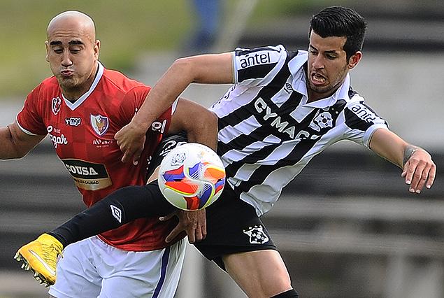 Raúl Ferro y Pablo Cepellini van por el balón.