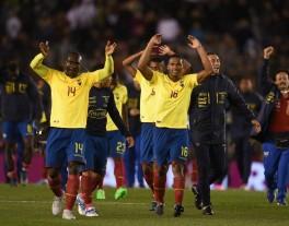 Jugadores ecuatorianos celebran su victoria, durante un partido entre Argentina y Ecuador por las eliminatorias al mundial de fútbol Rusia 2018, en el estadio Monumental de Buenos Aires. EFE