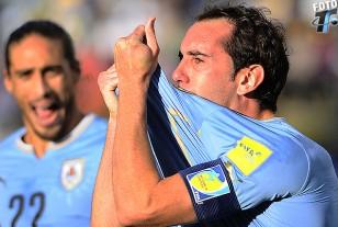 El festejo de los goleadores. Martín Cáceres grita el gol de Diego Godín que besa la camiseta Celeste.