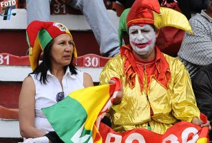 Los hinchas bolivianos pueblan las tribunas del estadio Siles.