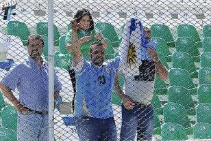 Hinchas uruguayos que se convirtieron en protagonistas del primer triunfo celeste en el estadio Hernando Siles de La Paz.