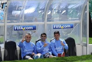 Jonathan Rodríguez, Michael Santos y Brian Lozano en el banco de suplentes del estadio paceño.