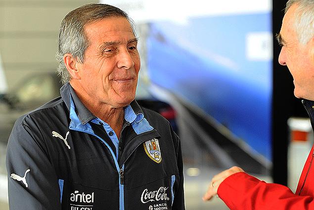 sxar Tabárez en diálogo con Atilio Garrido de tenfield.com antes de embarcar.