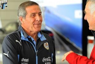Oscar Tabárez en diálogo con Atilio Garrido de tenfield.com antes de embarcar.