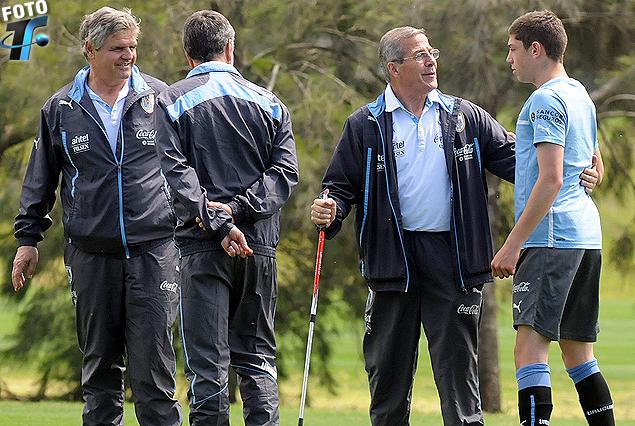 El Maestro Tabárez en el saludo  Federico Valverde; Celso Oetro y el Prof. José Herrera en el entrenamiento de la Selección Sub 18.