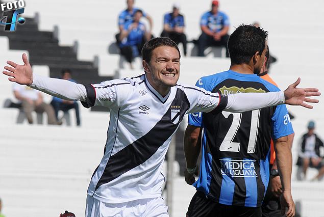 Gonzalo Barreto festeja el primero de sus dos goles ante Liverpool