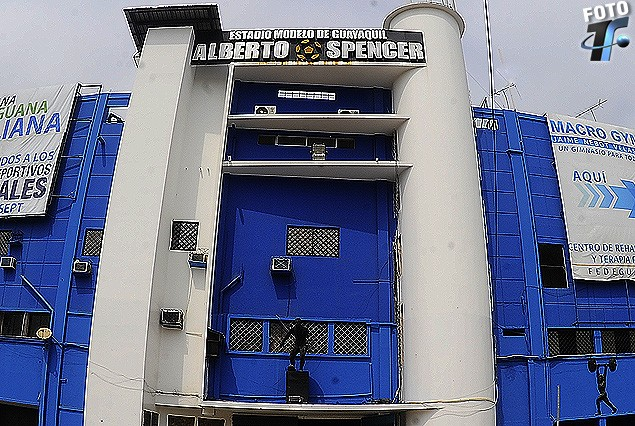Fachada principal de ingreso al Estadio Modelo de Guayaquil, Alberto Spencer. Es de resaltar el detalle de la pelota que tiene los gajos amarillos sobre negro, como recuerdo del inolvidable pasaje de Spencer por Peñarol, club al que estuvo vinculado desde enero de 1960 a enero de 1971.