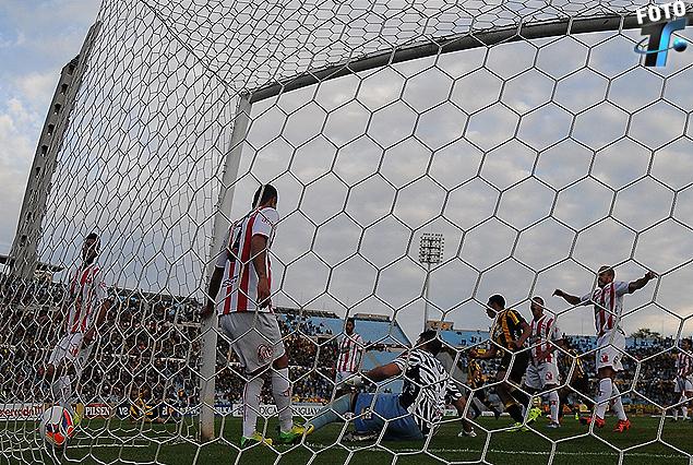 Primer gol de Peñarol. La pelota descansa en la red tras el cabezazo de Carlos Valdez.