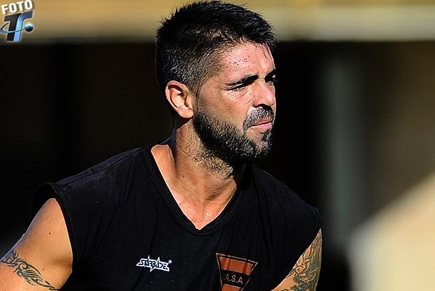 Edgar Martínez, terminó golpeado el partido con Plaza.