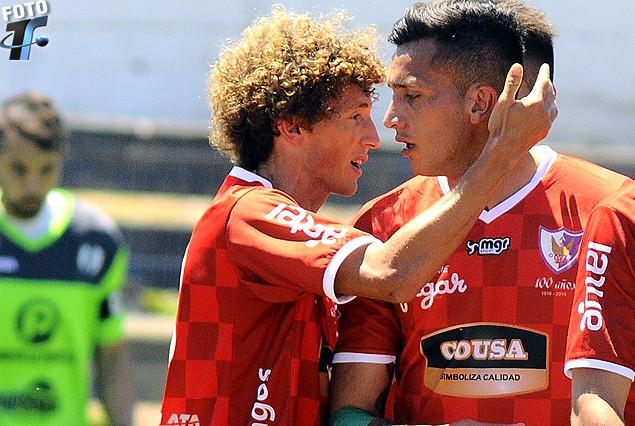 Las dos caras del gol: Maxi Pérez festeja con Maxi Perg. Lo sufre atrás Fabián Carini.