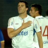 Solemnidad en el festejo de Andrés Scotti, que anotó un golazo de tiro libre.