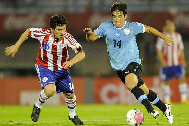 Nicolás Lodeiro maniobra con el balón ante la marca de Cristian Riveros.