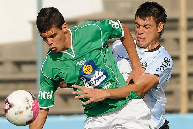 Agustín Gutiérrez intenta zafar a la marcación de Guillermo De Los Santos.