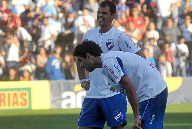 Adrián Romero y Juan Manuel Díaz son la imagen de la desazón. Nacional sigue sin ganar.