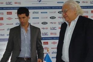 Junto al Presidente Ricardo Alarcón cuando asumió como entrenador tricolor.