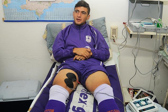 Giorgian De Arrascaeta haciendo fisioterapia en el Franzini. Descartado para el partido con los papales.