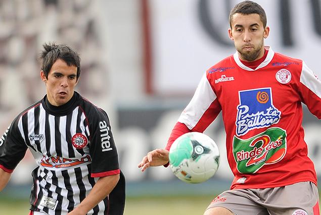 Federico Ramos y Andrés Silva en procura del balón.