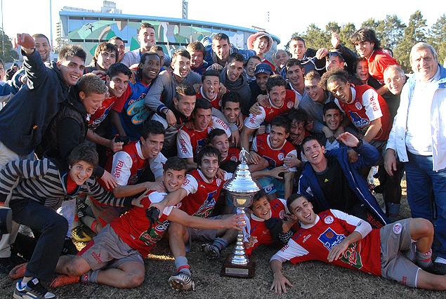 Los jugadores, artífices del festejo de Rentistas, celebraron con la Copa del ascenso a primera.
