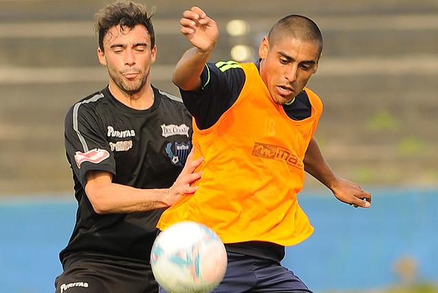 Gastón Filgueira y Diego Zabala luchan por la pelota en el encuentro amistoso disputado entre Liverpool y Racing en el Estadio Belvedere.