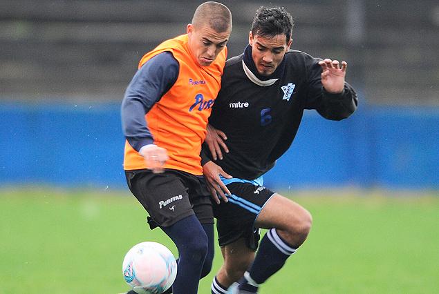 Christian Almeida y Matías De los Santos procuran la posesión del balón, en el amistoso jugado entre Liverpool y Cerro.