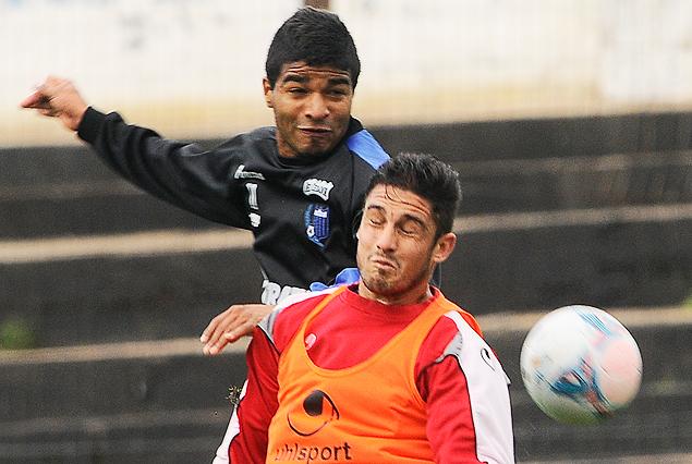 Rodrigo Aguirre supera a Darío Flores en el juego aéreo.
