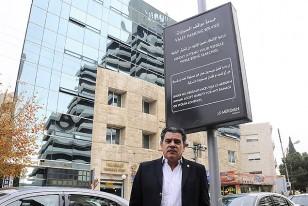 Enrique Ribeiro, enviado por el Ministerio de Relaciones Exteriores para apoyar a la delegación de Uruguay, captado delante de la fachada del Hotel le Meridien que ocupa la celeste.