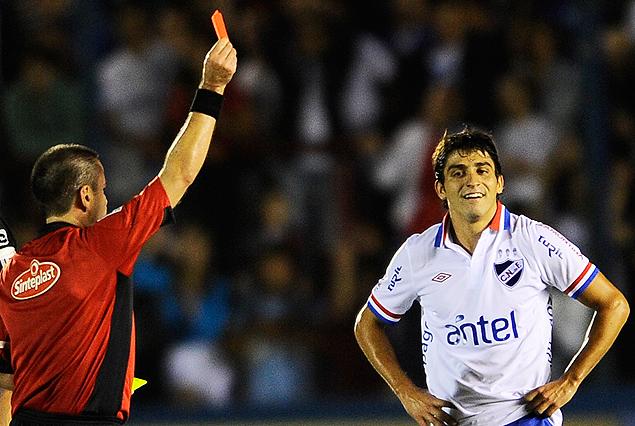 """Roberto Silvera le muestra la tarjeta roja a Maxi Calzada en el minuto 45. """"Pochola"""" será suspendido."""