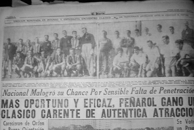 """""""El Diario"""" con toda la información de uno de los últimos triunfos de Peñarol frente a Nacional en el """"clásico"""", antes de la llegada de Ondino Viera. Cuando aún lo dirigía Juan López en 1955. En la delantera figura Borges como puntero derecho. Ya no están Ghiggia, ni Schiaffino."""