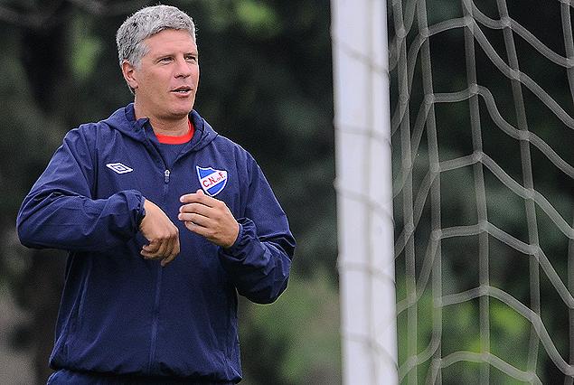 Alvaro Gutiérrez en la cancha dirigiendo el entrenamiento del plantel principal. Este martes asumió como entrenador interino.