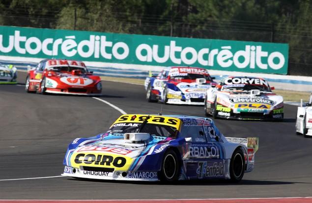 A bordo del Torino alistado por el equipo Dole Racing, el piloto de Montevideo formaba parte de la 2da serie largando desde la 10ma ubicación.