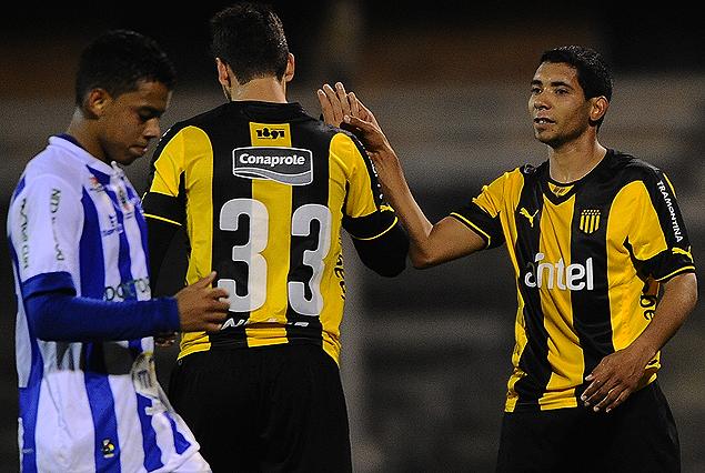 Gabriel Leyes felicita a Cristian Palacios, tras convertir el tercer tanto aurinegro. El goleador se anotó con un doblete.